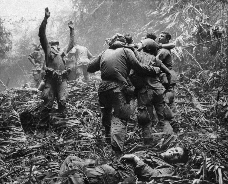 Op 1 april 1968 maakte Art Greenspon deze foto. Op de voorgrond ligt Dallas Brown. Tim Wintenburg (uiterst rechts zonder helm) helpt een gewonde soldaat.
