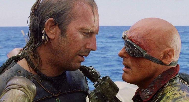 Kevin Costner en Dennis Hopper in Waterworld.  Beeld