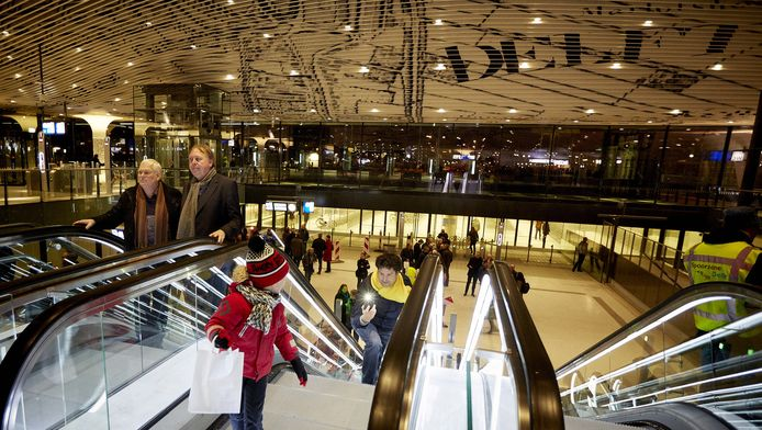 Delftenaren komen in alle vroegte naar het nieuwe ondergrondse station om de eerste treinen te zien.