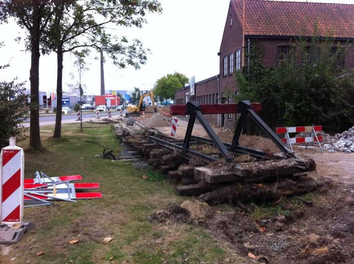 Het stukje industriespoor op de hoek van de Hanzeweg en de Industrieweg is tijdelijk opgebroken. Op de foto ook een stootblok dat de SIED inmiddels heeft gekregen.