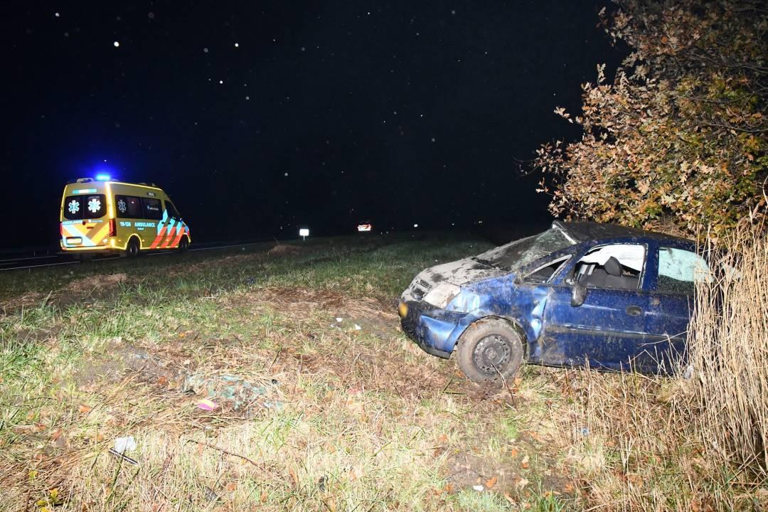 De auto sloeg over de kop en belandde daarna in de berm.
