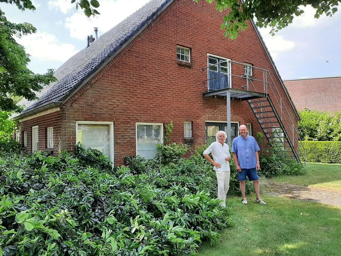 Jan Aanstoot (links) en Ruud van der Meulen voor de oude boerderij van Mensink, sinds veertien jaar Kunstwerkplaats Wierden. De boerderij wordt gesloopt.