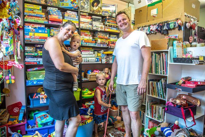 De familie Ott in de mini-weggeefwinkel in Assendorp.