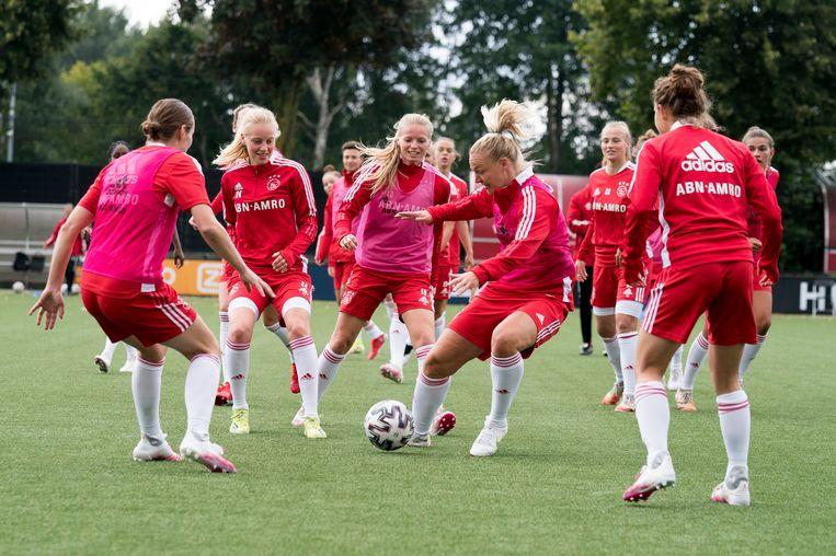 Speelsters van Ajax Vrouwen tijdens een training op sportpark De Toekomst. Beeld Photo Ajax Jasper Ruhe