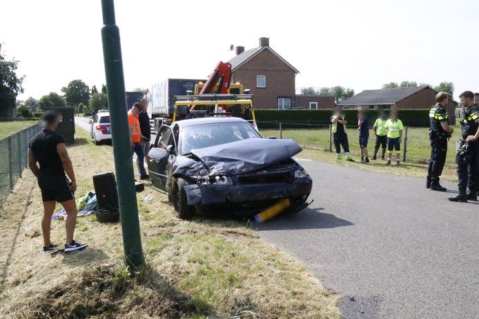 Op de kruising van de Zuid Carolinaweg met de Zeelandsedijk in Langenboom is dinsdagmiddag een auto tegen een vrachtwagen gebotst.