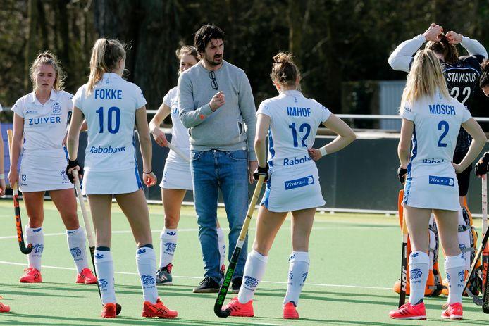 21-02-2021:  Amsterdam : hockey duel Hurley - Kampong  ( hoofdklasse vrouwen ) . Kampong dieper in de degradatiezone na 2-0 verlies in Amsterdam .  Kampong Coach Pieter Bos tussen de speelsters voor de start vd wedstrijd    Foto : Ruud Voest