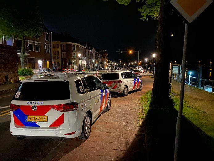 De politie was gisteren met enkele tientallen mensen op de Wellekade om feestgangers weg te sturen.