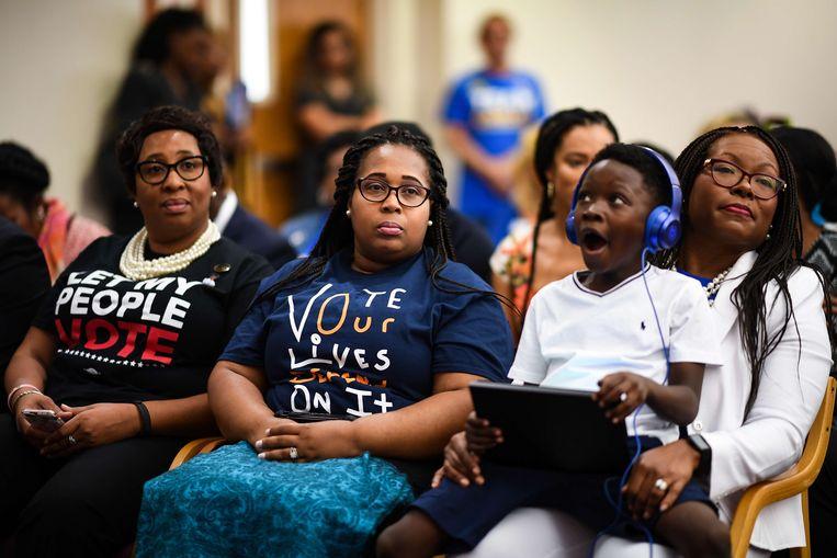 Orlando, Florida: Afro-Amerikaanse kiezers luisteren naar een speech van de Democratische senator Bill Nelson. Beeld AFP