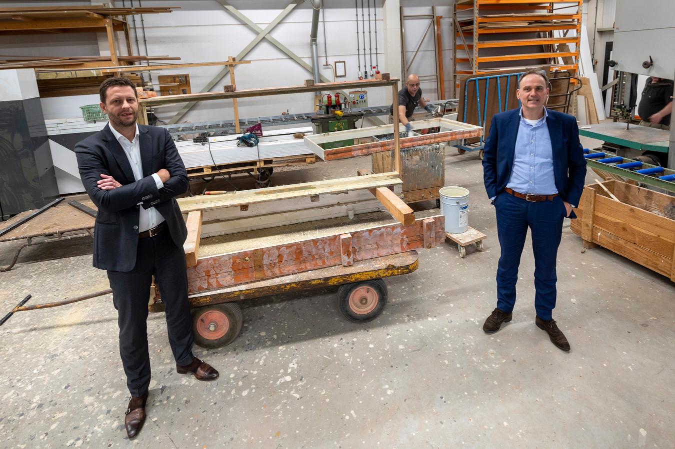 Bob Winters (links) en Stephan Lap van Kuiper Bouw en Ontwikkeling in Arnhem. ,,We zijn aan het nadenken over de kerstpakketten van de voedselbank. Ons is gevraagd of wij de wijn kunnen regelen.''