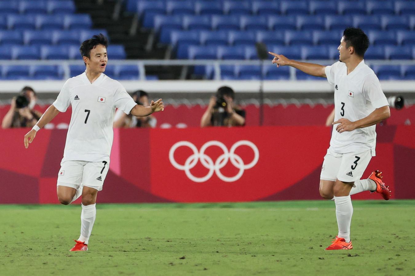 Doelpuntenmaker Takefusa Kubo en Yuta Nakayama (r) vieren een doelpunt van Japan tegen Frankrijk.