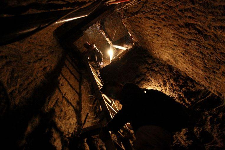 December 2012. Door een anonieme tip wordt deze tunnel ontdekt. Het bevat een waterpomp, een ventilatiesysteem en electriciteit. Zeven mensen waren aan de tunnel aan het werk toen agenten binnenvielen. Ze zijn gearresteerd. Beeld REUTERS