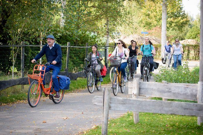 Zo'n vijftien expats gingen gisteren op fiets- en wandelexcursie naar de Volmolen in Riethoven.