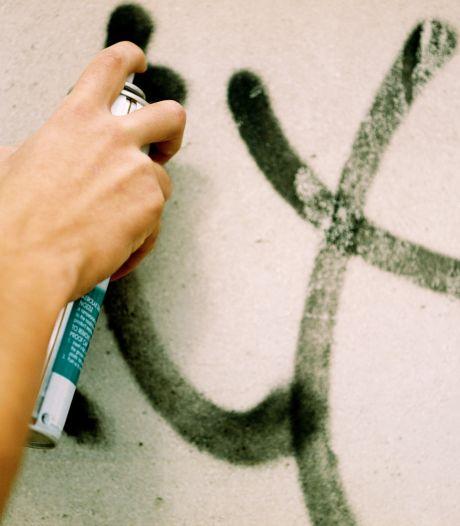 Brutale graffitispuiter zet 'tags' op politiebureau in Arnhem en valt van fiets bij vluchtpoging