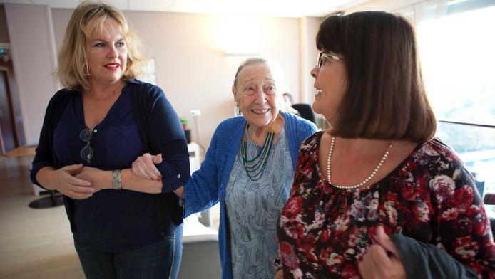 Arm in arm Hugo's moeder met haar twee schoondochters. Links Karina, Hugo's vrouw.