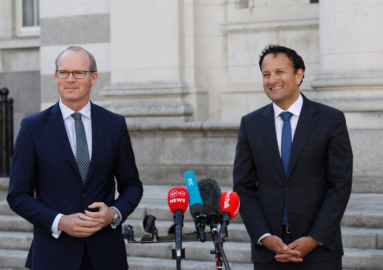 De huidige Ierse premier en leider van Fine Gael Leo Varadkar, rechts, en zijn vice-premier Simon Coveney. Hun partij zal met twee andere een coalitie aangaan, waarin Varadkar eerst als vice-premier zal dienen, om halverwege de regeerperiode weer premier te worden. Beeld EPA