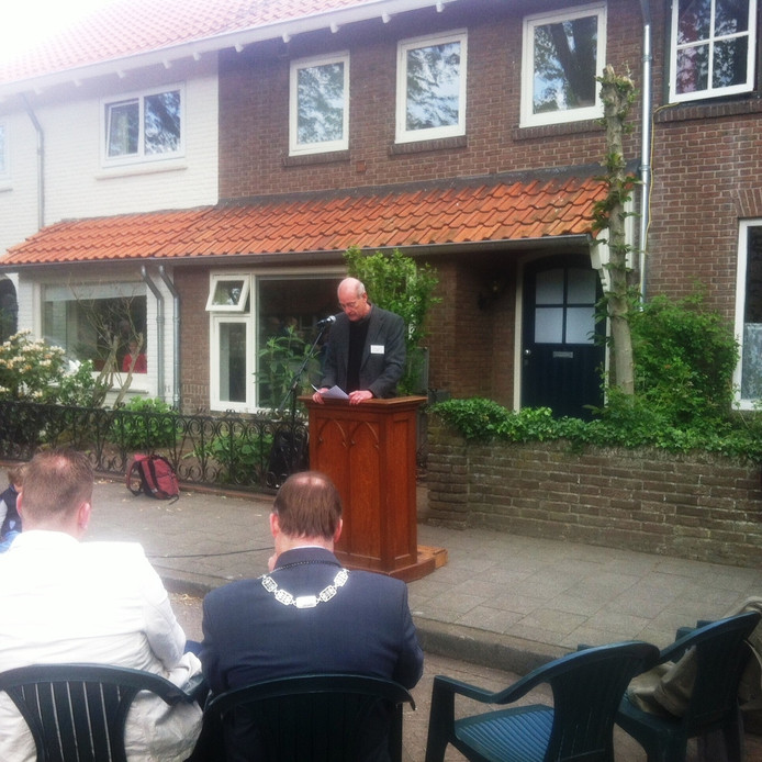 Jan Huige van de initiatiefgroep spreekt de aanwezigenn toe. Op de rug loco-burgemeester Jan Hoskam.