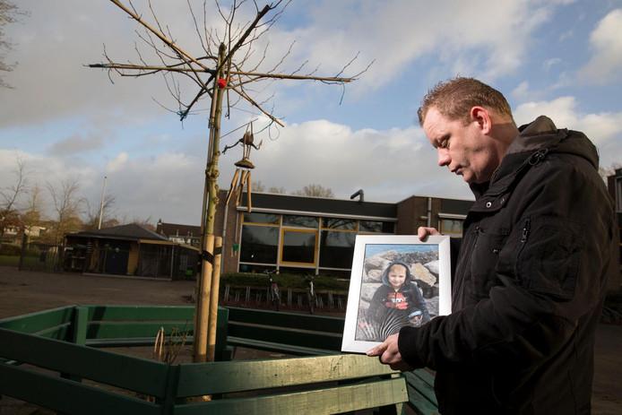 Oom Vincent bij de gedenkplek voor Maurycy.