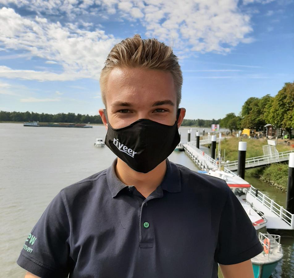 Riveer liet voor zijn medewerkers mondkapjes maken.