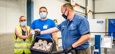 Walter (57) verrast GGD-medewerkers met gratis ijsjes na doodsbedreigingen: 'We zijn erg geschrokken'