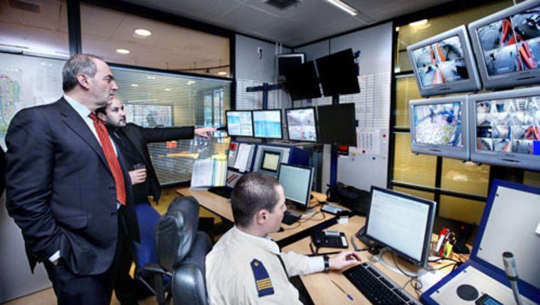 Burgemeester Cohen en stadsdeelvoorzitter Marcouch bekijken beelden van de nieuwe bewakingscamera's. Foto Jean-Pierre Jans Beeld