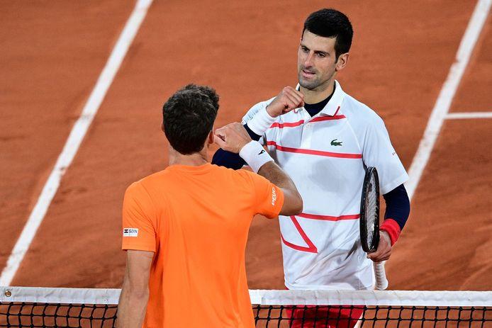 Pablo Carreño Busta feliciteert Novak Djokovic.