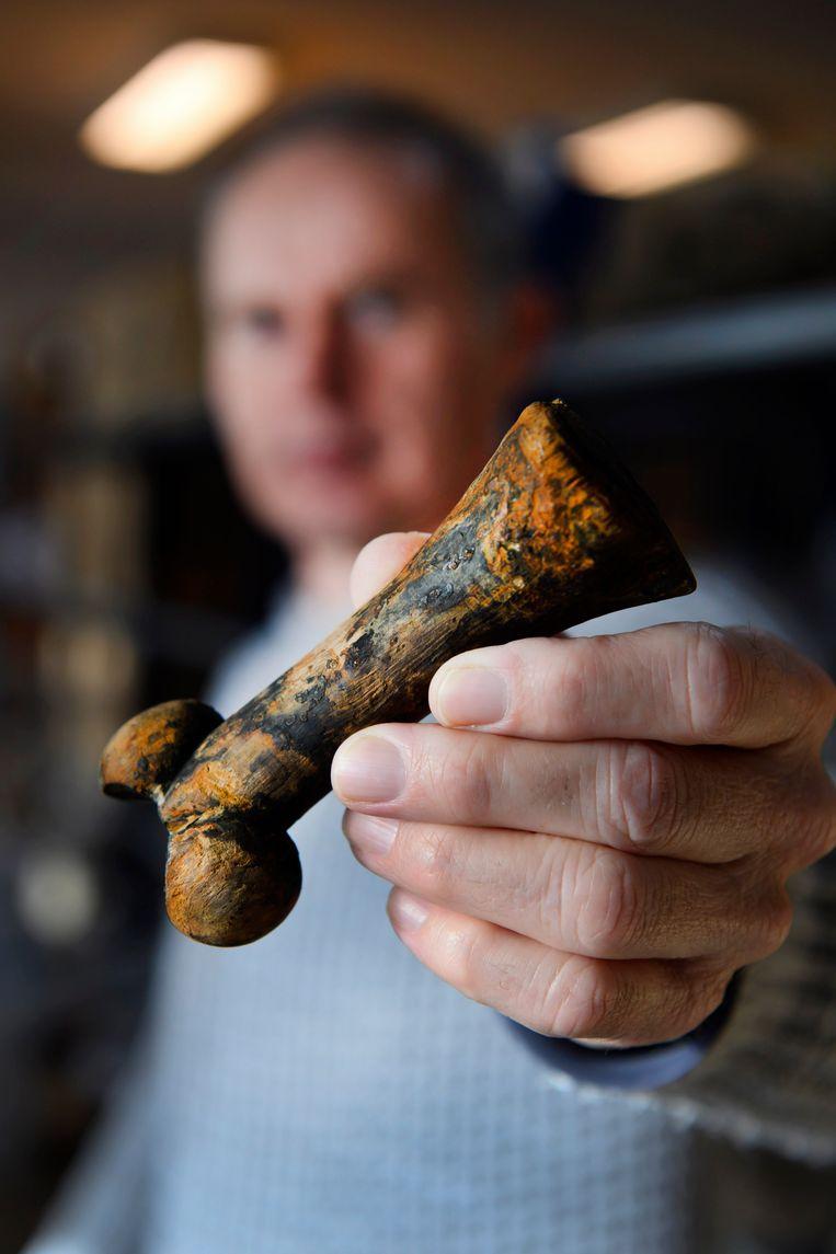 Stadsarcheoloog Piet Kleij toont een klotendolk in het archeologisch depot in Zaandijk.  Beeld Olaf Kraak