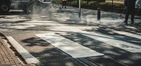 Enschedeërs zijn sluiproute beu en kwasten zelf zebrapad op straat: 'Niet normaal dit verkeer hier'