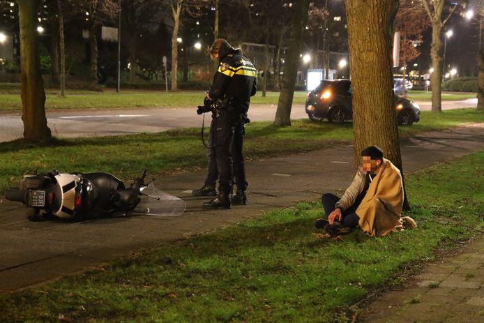 De scooterrijder bleef na de aanrijding met twee fietsers aan de Schaapweg in Rijswijk gewond achter.