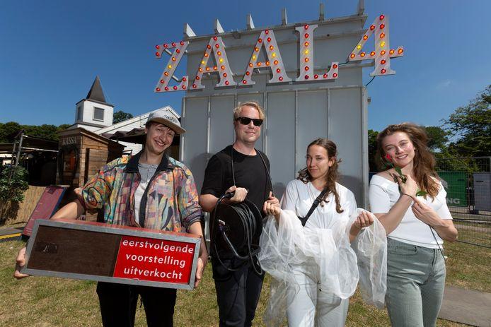 DEN HAAG - Programmeur John de Weerd (in het zwart), samen met acteurs Nora (witte broek), Anna Luka en Jos Nargy van de Poezieboys voor de Haagse tent Zaal 4.