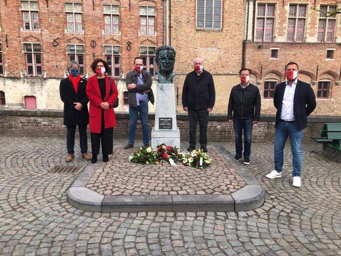 De Brugse socialisten brachten een bloemenhulde aan het standbeeld van Frank Van Acker op de Vismarkt.