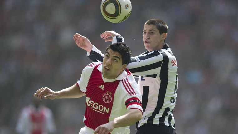 Luis Suarez van Ajax (L) in duel met Marko Vjinovic (R) van Heracles. Foto ANP Beeld