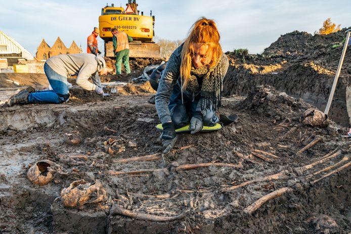 Bij het afgraven van de stadsgracht staken de botresten letterlijk uit het talud.