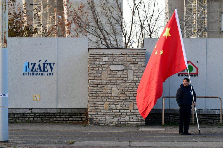 Een man wacht op de Chinese premier Li Keqiang, die op dit moment in Boedapest is voor een top tussen Oost-Europese landen en China. Beeld EPA
