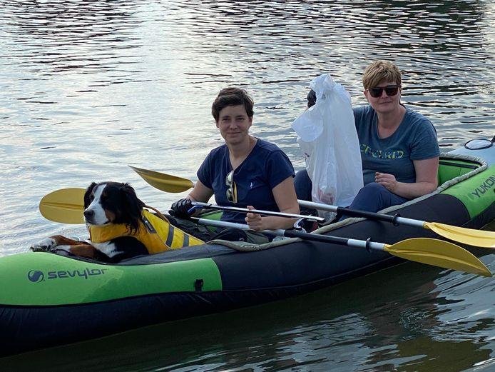 Opruimen van op het water aan het Houtdok, in een kayak, gewapend met een grijpstok