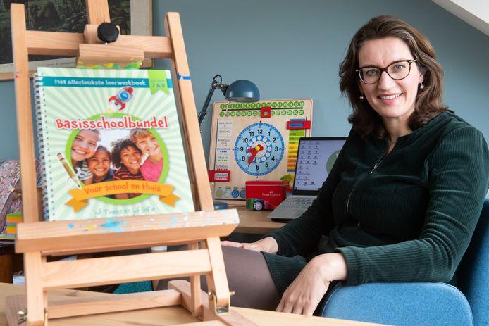 Sofie van de Waart van Explora, de school voor hoogbegaafden in Raamsdonksveer. Samen met haar boek.