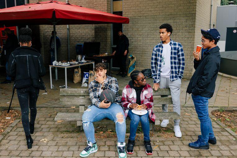 Leerlingen op het schoolplein van Open Schoolgemeenschap Bijlmer. Beeld Marc Driessen