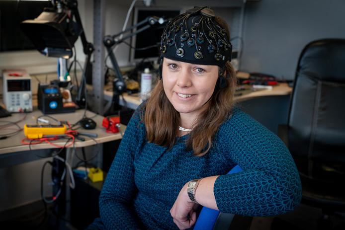 Medisch ingenieur Marianne Floor met de mobiele EEG voor hersenonderzoek bij Parkinson-patiënten. Artinis Medical Systems in Elst maakt wetenschappelijke meetapparatuur voor medische doeleinden.