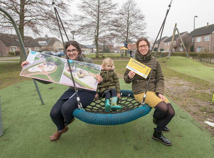 Miranda Janssen (L) met in het midden haar dochtertje Janice en Paula Tijssen.