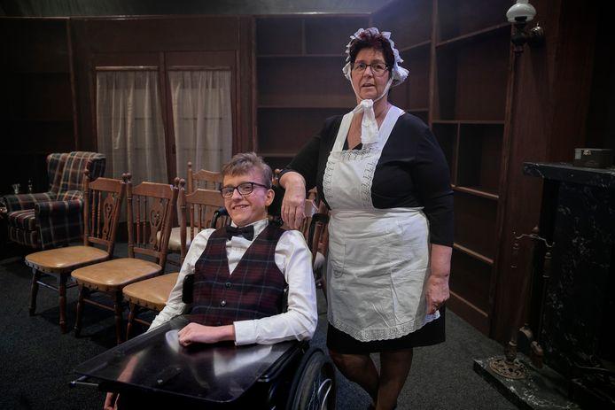 Joris Berkers als Marcus Tomb en Wilma Kastelijn als huishoudster Agatha Hammond.