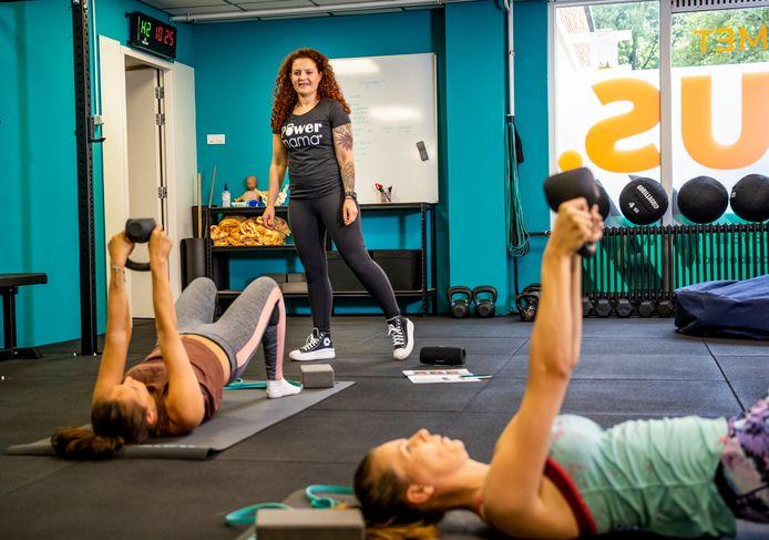 Yousra Jaddour geeft moeders les in haar nieuwe sportschool.