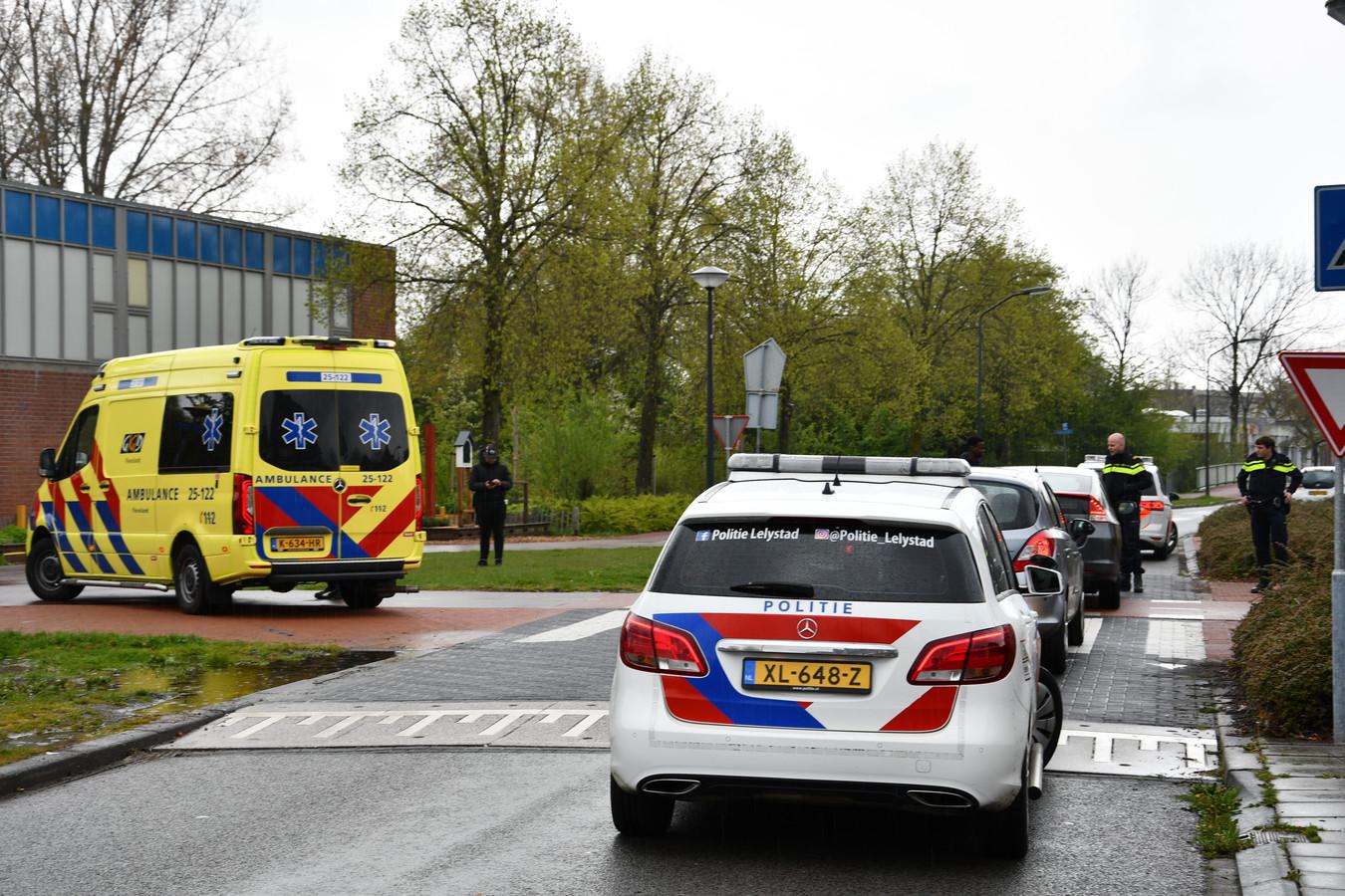 Hulpdiensten in de straat waar de fietser aan het begin van de middag werd aangereden.
