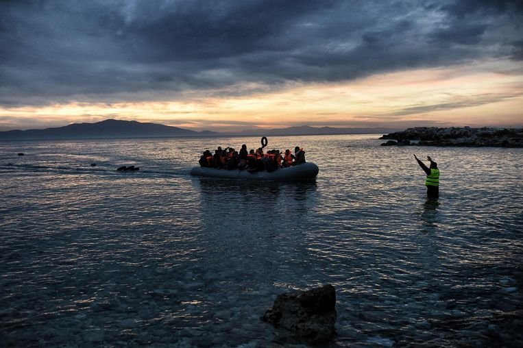 Archiefbeeld - Migranten, vertrokken in Turkije, komen aan in Griekenland.