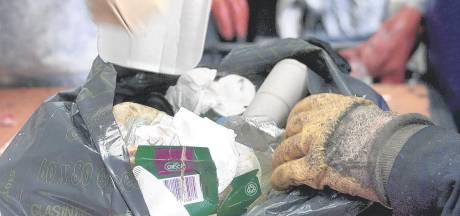 Politie deelt gruwelijke foto van dood hondje dat in vuilniszak uit water is gevist: 'Respectloos, wie heeft dit gedaan?'