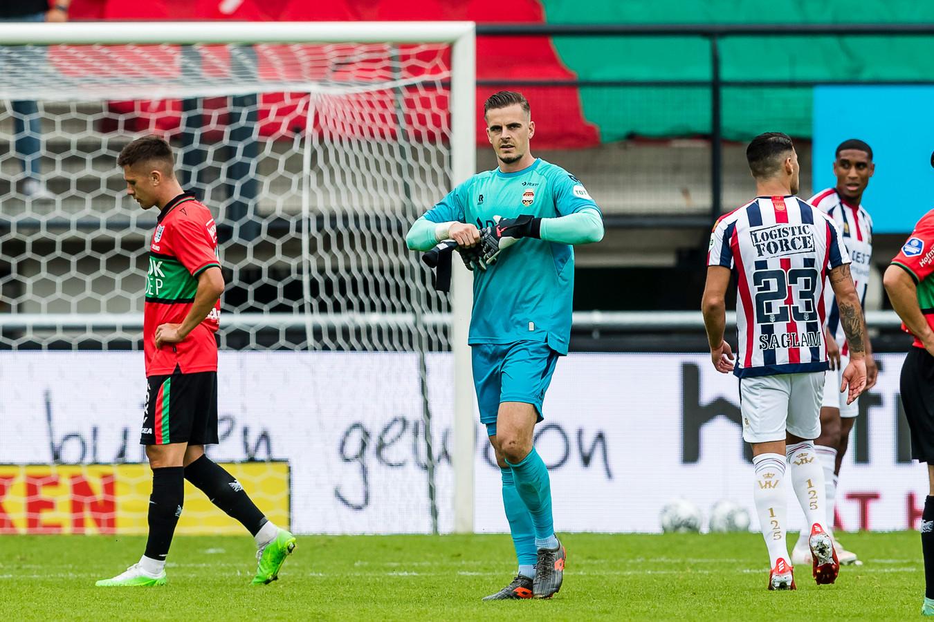 Jorn Brondeel verlaat het veld nadat hij een rode kaart heeft gekregen in de wedstrijd tegen NEC.
