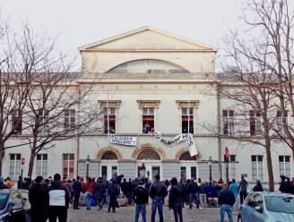 Activisten van Campagne voor Solidaire Opvorderingen zetten zinnen op oud Pacheco Groot Godshuis