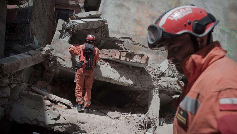 Hulpverleners in Kathmandu zoeken nog steeds tussen het puin naar overlevenden van de aardbeving. Beeld afp
