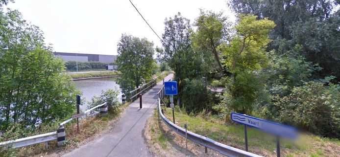 Het brugje aan het Westkaaipad wordt hersteld.