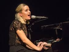 Oldenzaalse Laura raakt publiek met eigen songs tijdens finale Christenhusz Theaterprijs