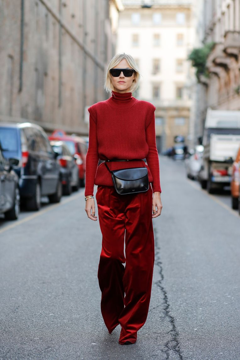 Influencer Linda Tol gekleed in broek en trui van Max Mara op weg naar de show van Max Mara in Milaan, 2007.  Beeld