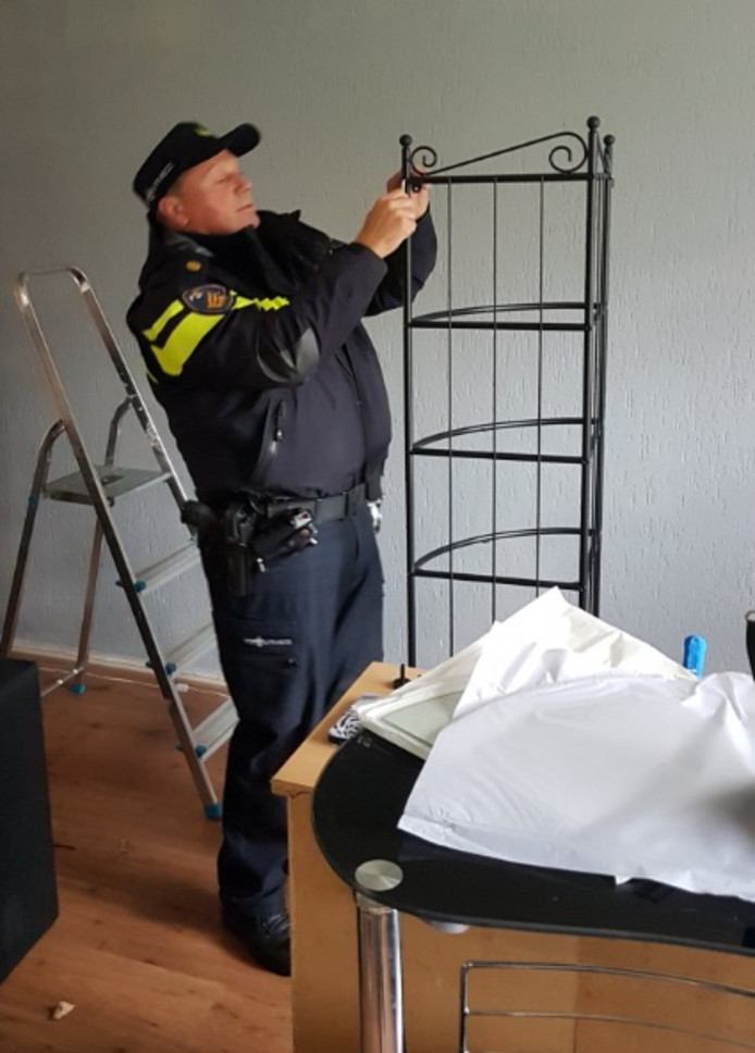Agenten Zetten Ikea Kastje In Elkaar Binnenland Adnl